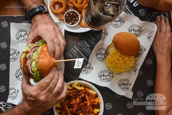 Mesa cheia na Five Burger