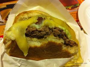 Hambúrguer acompanhado de queijo especial Chip's Burger (mix de queijos estepe, gouda e prato), catupiry, bacon e maionese a parte - Chip`s Burger (Santana)
