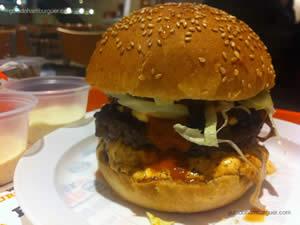 Jumbo com 2 hambúrgueres bovinos de 150g cada, queijo prato, alface americana, creme de tomates frescos, picles, bacon, chutney de cebola roxa, maionese tradicional e wassabi, acompanhado de chips misto - Burger Lab