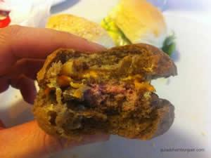Mini Chicago Burger com hambúrguer de maminha, queijo cheddar, onion rings em um crocante pão de hambúrguer australiano e molho de alho - Big Jack