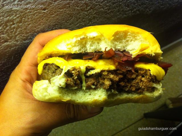 Dgé Burger, um hambúrguer de 200g de fraldinha, queijo prato, cebola roxa reduzida no balsâmico em pão de hambúrguer
