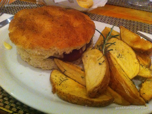 Hamburgo – hambúrguer, pão de focaccia, molho de tomate e fonduta de stracchino acompanhado de batatas fritas