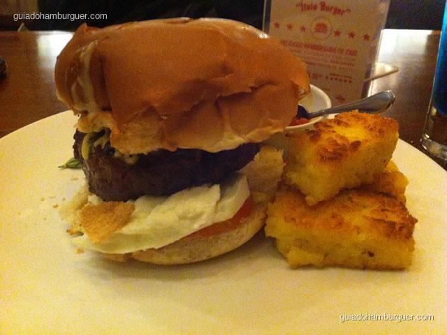 Ítalo Burger - hambúrguer de 230g de alcatra, pão italiano, maionese de erva doce, salame hamburguês e manjericão. Acompanhado de bolinhos fritos de risoto.