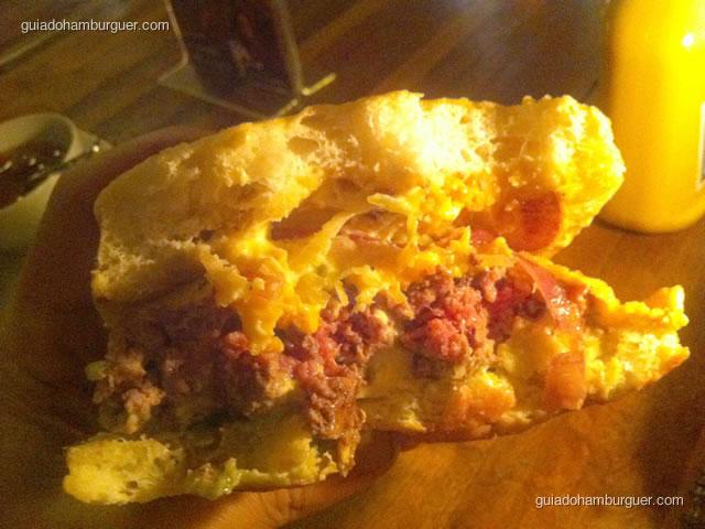 Americo Burger – hambúrguer de 230 gramas, guacamole, queijo chedar, onion rings, alface americana, chips de batata doce, relish de tomate, maionese de chipotle no pão de ciabata
