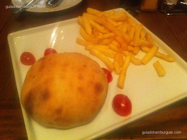 Italianíssimo Burger, hambúrguer caseiro envolto em massa de pizza e assado no forno a lenha. Com molho de tomate italiano e muçarela de búfala e acompanhado de fritas