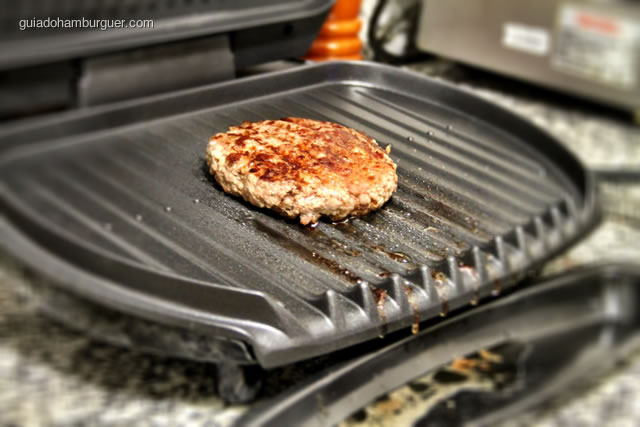 Hambúrguer sendo preparado no George Foreman Grill