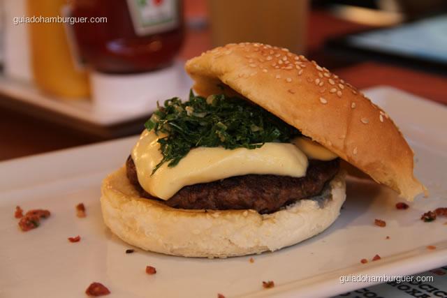 Hambúrguer de costela, queijo meia cura e couve manteiga orgânica refogada - Burger Lab Experience