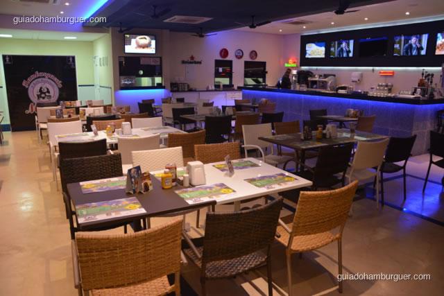 Mesas e bar ao fundo - Hamburgueria da Mooca