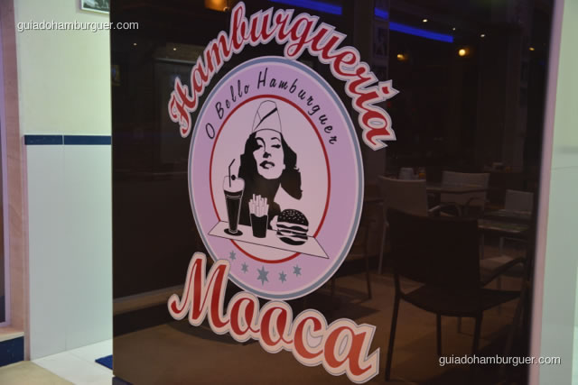 Logomarca no fundo do salão - Hamburgueria da Mooca