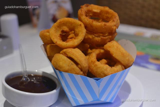 Detalhe das onion rings e molho barbecue - Hamburgueria da Mooca