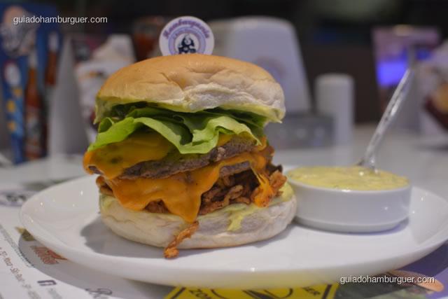 Matador com 2 hambúrgueres de 120g cada, queijo cheddar, cebola frita, alface, maionese da casa no pão de hambúrguer - Hamburgueria da Mooca