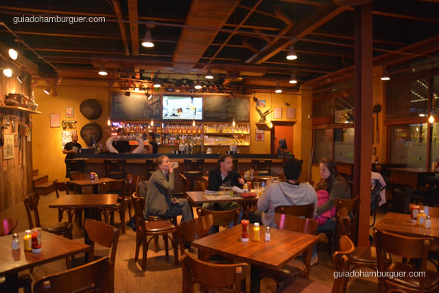 Ambiente com o bar ao fundo - Buddies Burger & Beer