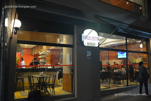 Fachada de vidro e luminoso na porta - Paulista Burger