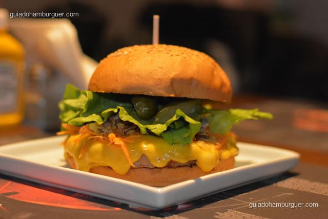 Crocantinho, com hambúrguer bovino de 220g, queijo do reino, cenoura ralada, cebola crocante, alface americana e pepino em conserva - Paulista Burger