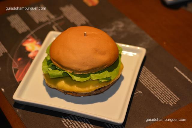 Requintado, hambúrguer de 220g com crosta de pimenta do reino de um lado e de funghi do outro, queijo do reino, mostarda Dijon e alface lisa  - Paulista Burger