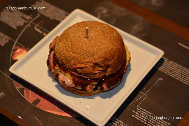 Saboroso, hambúrguer de carne de porco de 220g, queijo cheddar, queijo do reino, molho barbecue, chutney de cebola roxa no pão ausytraliano - Paulista Burger