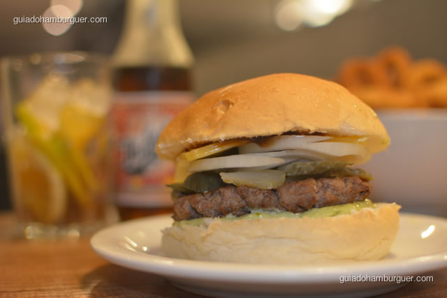 Texas Burger com hambúrguer, queijo, picles, cebola, maionese e molho barbecue - I Love Burger