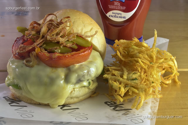 AK Vila Cheese Salada acompanha latkes - hambúrguer de fraldinha, queijo quartirolo, rúcula, tomate confit, picles e cebola crocante - SP Burger Fest 3ª edição