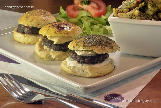 Falafel Burger - Burger a base de grão de bico acompanha molho tarator (pasta de gergelim), tomate, salsinha, pepinos em conserva e rabanate. Servido com salada tabule - SP Burger Fest 3ª edição