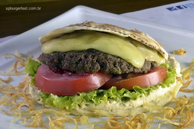 Hambúrguer Istambul - 250g de hambúrguer de kafta, alface, tomate, picles, queijo prato e chanclich servido no pão sírio.  - SP Burger Fest 3ª edição