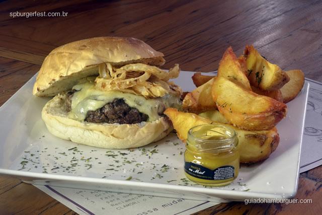Ribs  burger - Delicioso hambúrguer  com mix de costelinha suína e fraldinha bovina, acompanhado de queijo suíço, crisp de cebola crocante, molho de mel e mostarda e batatas fritas. - SP Burger Fest 3ª edição