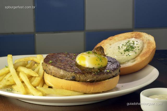 Hambúrguer trufado – hambúrguer de picanha de Angus, ovo perfeito, maionese trufada, pão de hamburguer e batatas fritas  - SP Burger Fest 3ª edição