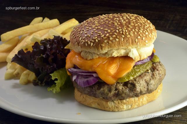 Forneria Picanha - hambúrguer de picanha com queijo cheddar, fatias de cebola roxa e picles no pão de leite com gergelim  - SP Burger Fest 3ª edição