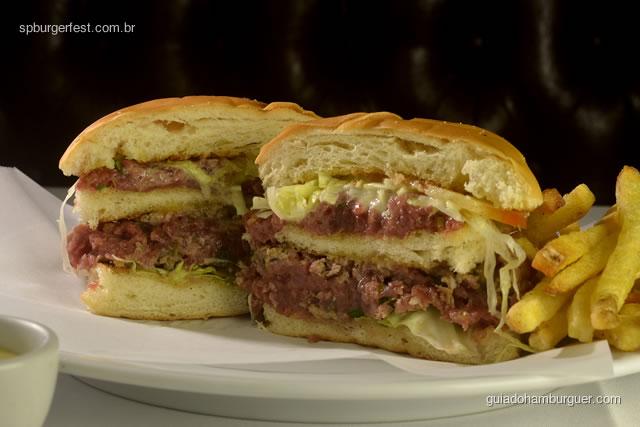Tartar Burger - Steak tartar levemente grelhado, maionese djon, miolo de alface romana e slim french fries. - SP Burger Fest 3ª edição