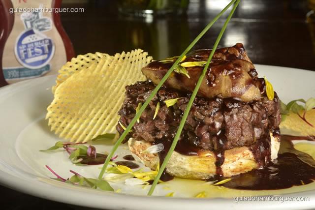 Hambúrguer Rossini -  filé mignon picado na faca servido sobre o pão Brioche com foie gras grelhado, molho de vinho tinto, azeite trufado e Batata gaufrette.  - SP Burger Fest 3ª edição