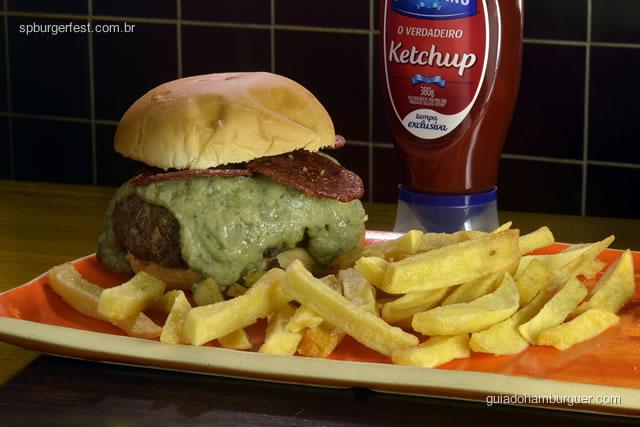 Kobe -  hambúrguer 200g de carne de Kobe grelhada no broiller com creme de blue cheese e crocante de salame hamburguês, acompanha fritas ou salada  - SP Burger Fest 3ª edição