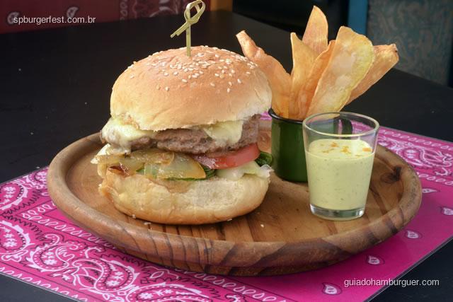 Hamburger de fraldinha 180g (temperado com molho de ostra, cebolinha e alho) com queijo meia-cura, bok shoy e tomate.  - SP Burger Fest 3ª edição