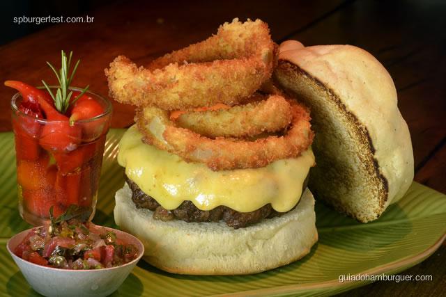 Hambúrguer de Linguiça, queijo e aneis de cebola crisp.  - SP Burger Fest 3ª edição