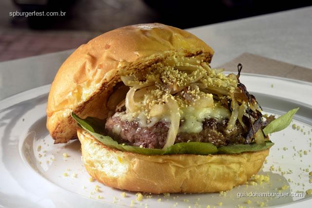 Jambulando - Hambúrguer, queijo marajoara, folhas de jambu,com cebola caramelizada em cachaça de jambu e picles de semente de mostarda e farinha d'agua. - SP Burger Fest 3ª edição