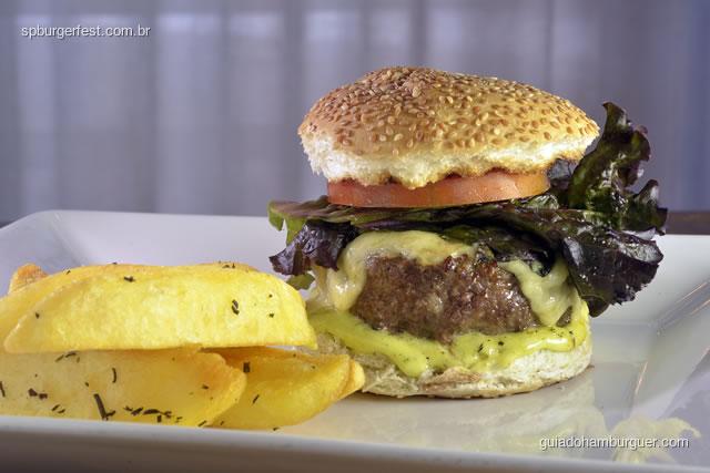 Miya Burger  - hambúrguer de 180g com maionese de kimchi, bacon, alface, acompanhado de batata doce frita, com molho de wasabi. - SP Burger Fest 3ª edição