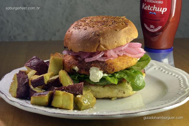 Kobe Burger - Burger de Kobe com tzatziki (iogurte com pepino), cebola roxa, tomate no pão pita. - SP Burger Fest 3ª edição