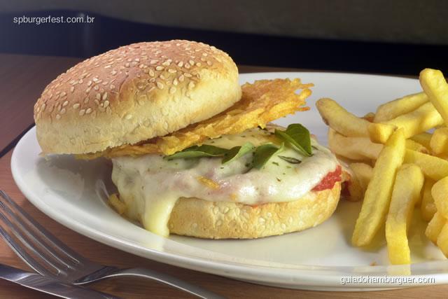 Cheeseburger Parmegiana - Hambúrguer grelhado com com queijo muçarela de búfala derretida, molho de tomate italaiano com orégano e tela de batatinha palha no pão com gergelim. - SP Burger Fest 3ª edição