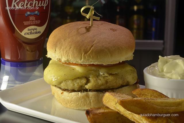 Hambúrguer de Carne de jacaré - Carne de jacaré com queijo prato, cebola caramelizada e pimenta de bode. - SP Burger Fest 3ª edição