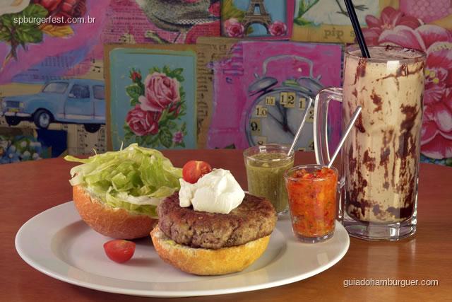 Lamburger - hambúrguer de cordeiro com temperos mediterraneos,  coalhada, harissa e salada verde, pão francês redondo. - SP Burger Fest 3ª edição