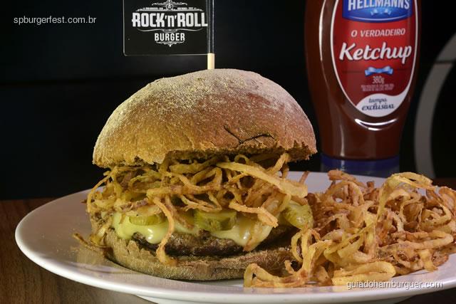 Stratocaster - Burger de Picanha (150g) do Rock 'n' Roll Burger com creme de queijo artesanal da Serra da Canastra (MG), crisps de cebola e picles especial servido com chips de batata doce. - SP Burger Fest 3ª edição