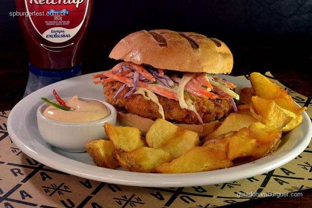 Fish burger RUAA  - Delicioso burger de peixe empanado com saladinha coleslaw, maionese de chipotle e batatas fritas rústicas.  - SP Burger Fest 3ª edição