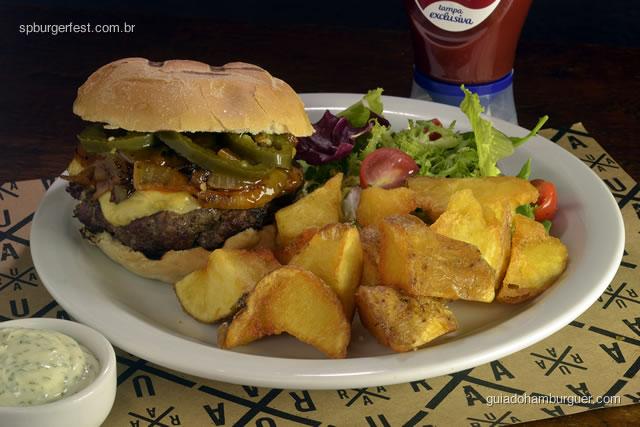 Burger SP Fest RUAA  - Burger de carne com queijo emmental, cebola caramelizada com molho barbecue e pimenta jalapenos. Acompanhada de salada de alface e tomate, batatas fritas rústicas e maionese da casa. - SP Burger Fest 3ª edição