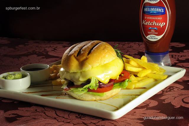 Hambúrguer de fraldinha com queijo gruyère, chips de presunto cru, cebolas roxas grelhadas, tomate, alface americana no pão com fritas, maionese maison e BBQ, servido mal passado - SP Burger Fest 3ª edição