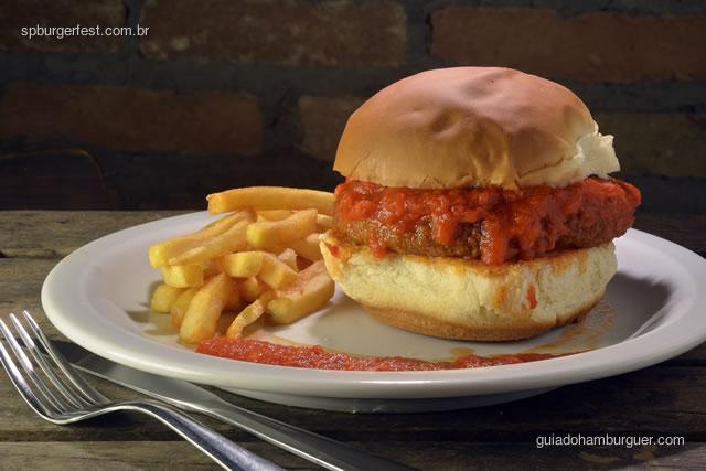 Polpeburguer - hambúrguer de polpetone recheado de queijo, molho ao sugo, servido com fritas ou salada verde.  - SP Burger Fest 3ª edição
