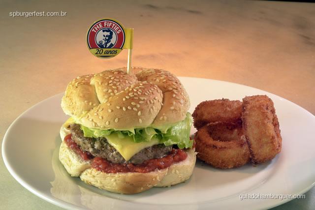 Gran Salad Burger - Pão roseta, molho de tomate pelato, hamburger Dream 170g, queijo prato, alface americana e maionese Fifties. Acompanham três anéis de Onion tower - SP Burger Fest 3ª edição