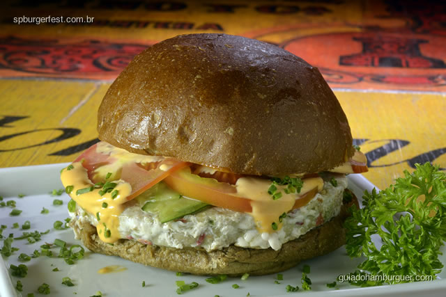 Hambúrguer de atum com maionese de piquillo, pepino fatiado e tomate. - SP Burger Fest 3ª edição