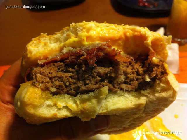 Andalucia: hambúrguer de 200g de ribeye Black Angus reserva, quiejo Serra da Canastra, presunto pata negra, sour cream com açafrão iraniano no pão clássico