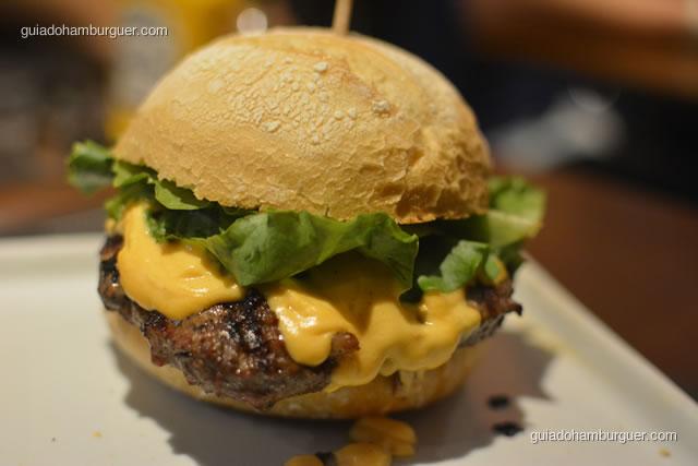 Churrascada: hambúrguer de costela bovina (220g) grelhado na churrasqueira, couli de molho campanha, creme de queijo, alface americana no pão de hambúrguer tipo italiano - Paulista Burger