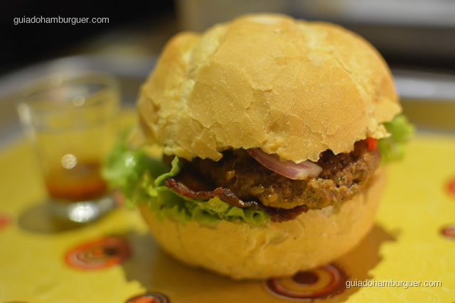 Detalhe do hambúrguer anticuchero - La Sangucheria