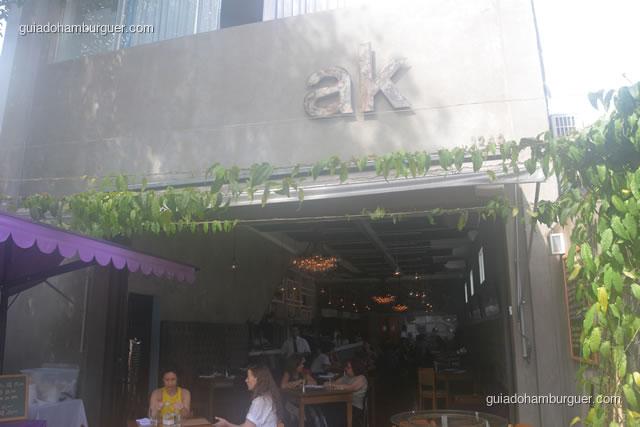 Fachada e letreiro, algumas mesas ficam ao lado de fora - AK Vila