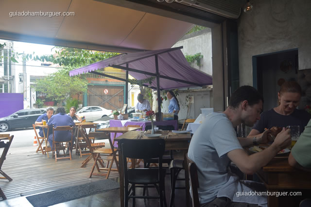 Barraca de comida de rua que fica ao lado de fora - AK Vila